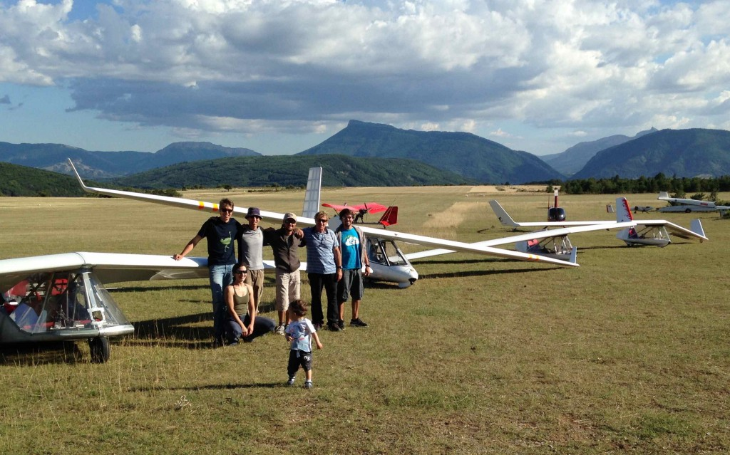 From left to right the pilots who flew today: Nick (Swiftlight), Grazza (student pilote on b-Swift), jac, Pavel (flight instructor b-Swift), Philippe (Archeopterix), Claudio (student pilot on b-Swift); the little Simon Chaumet not yet...